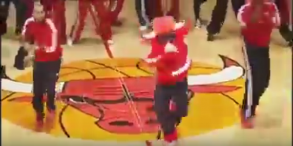 VIDEO: Maskot Chicago Bulls Benny je prostě machr!
